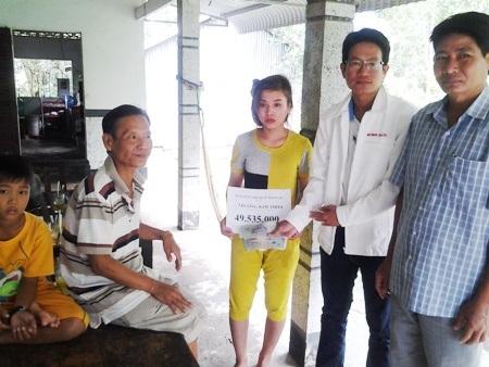 PV Dân trí cùng Phó Chủ tịch UBND xã Hưng Vĩnh Hưng A trao tiền bạn đọc đến gia đình em Trương Kim Thoa.