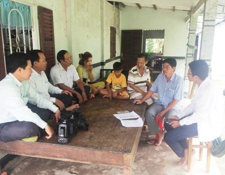 PV Dân trí cùng lãnh đạo chính quyền địa phương xã Vĩnh Hưng A thăm hỏi gia đình em Trương Kim Thoa tại buổi trao tiền bạn đọc.