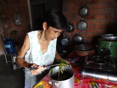 Những bữa ăn với rau và cháo trắng khiến cơ thể bà như ngọn cỏ héo