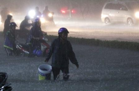 Lội trong mưa ngập có thể gây nên các bệnh da liễu