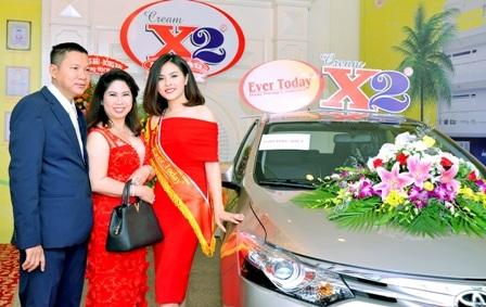Vợ chồng ông Lang bên chiếc xe trao thưởng cho khách hàng
