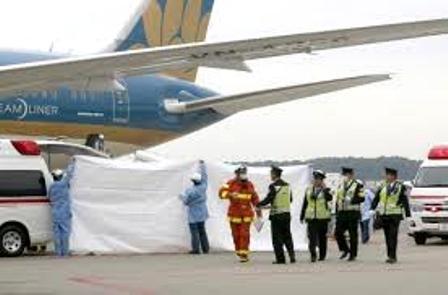 Cơ quan chức năng Nhật Bản xử lý dịch tễ tại sân bay Tokyo nơi những bệnh nhân đáp chuyến bay