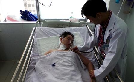 Bác sĩ Tuyến cho biết việc điều trị của chị Thu Hà rất tốn kém và khó khăn
