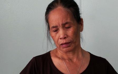 Người mẹ nghèo nghẹn ngào bên giường bệnh của cô con gái khốn khổ