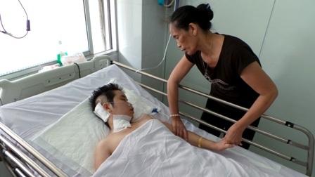 Người mẹ mù lâm vào nguy nan vì giữ sinh mạng cho con - 1