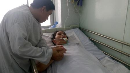 Anh Thanh Sơn nắm chặt tay như muốn níu kéo sự sống của người vợ