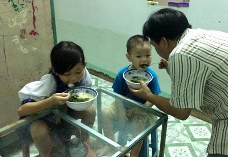 Hai đứa trẻ tội nghiệp và những bữa cơm qua ngày nhờ sự đùm bọc của lối xóm