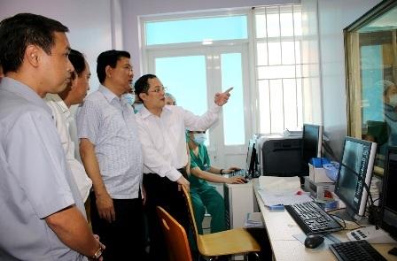 Bí thư Đinh La Thăng thăm Bệnh viện Quận Thủ Đức