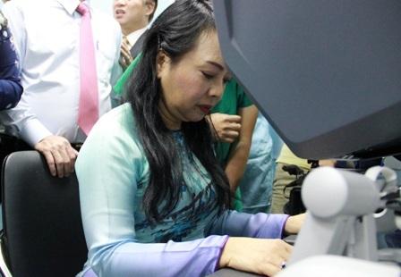 Bộ trưởng Kim Tiến bên hệ thống phẫu thuật robot tại buổi khai trương