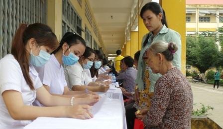 Khoảng 450 người cao tuổi diện chính sách, gia đình khó khăn đã được khám bệnh, phát thuốc miễn phí