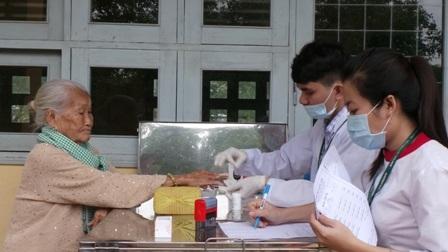 Người dân vui mừng khi được bác sĩ từ các bệnh viện lớn tại TPHCM khám bệnh, phát thuốc, tặng quà