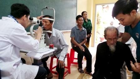 Khám bệnh miễn phí cho 450 người cao tuổi diện chính sách - 4