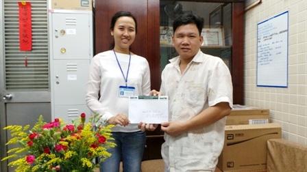 Đại diện bệnh viện trao tiền bạn đọc Dân trí giúp đỡ cho vợ chồng anh Thanh Sơn