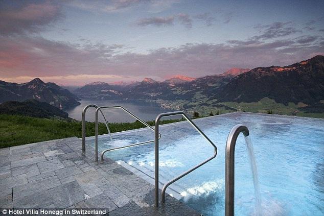 Bể bơi có tầm nhìn bao quát về phía thung lũng bên dưới