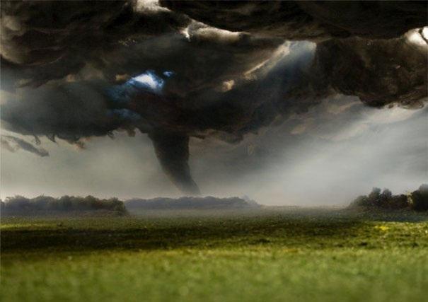 Người xem nhìn thấy khung cảnh bầu trời vần vũ với mây đen kéo đến mịt mù