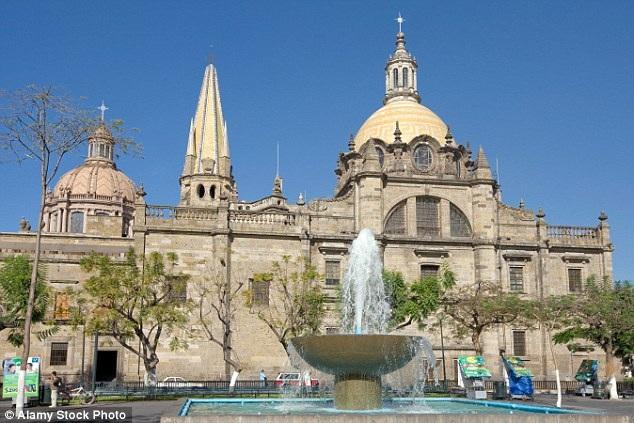Xác ướp Santa Inocencia được bảo quản bằng sáp, đặt trong lớp kính tại nhà thờ chính tòa Guadalajara ở Mexico