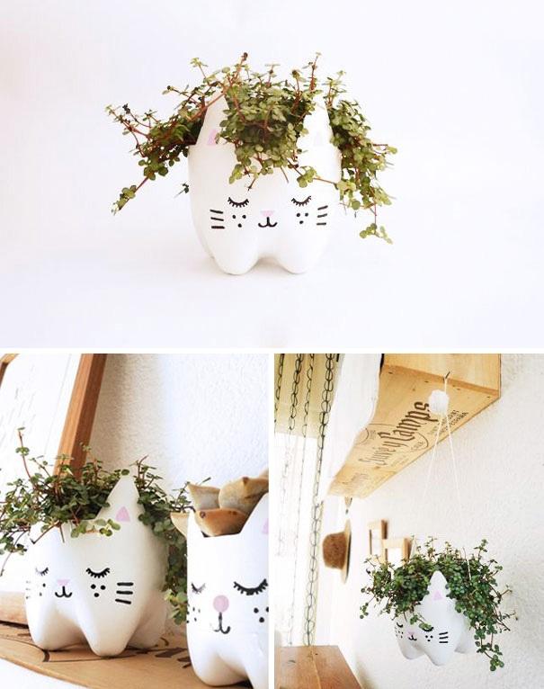 """Những chiếc bình nhựa đã cũ cũng có thể """"hồi sinh"""" trở thành bồn trồng cây xinh xắn, tô điểm cho vẻ đẹp góc ban công."""