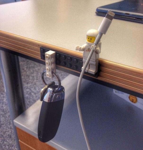 Những miếng ghép Lego cũ có thể tận dụng làm móc treo chìa khóa hay để giữ dây sạc.