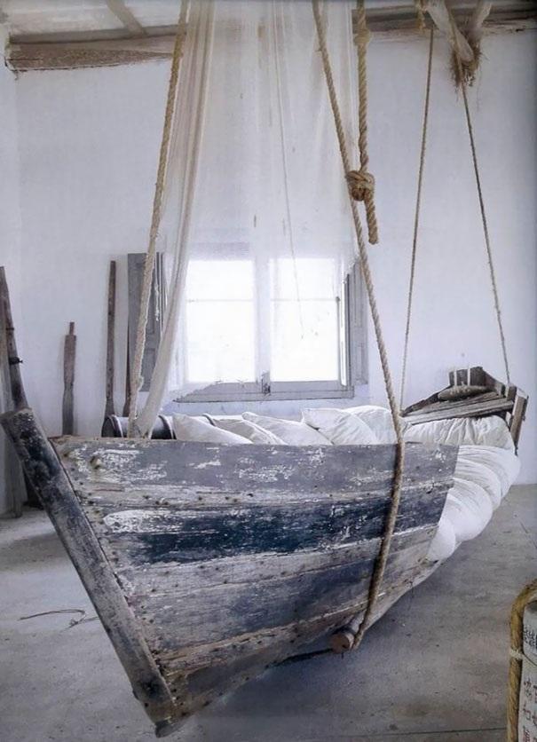 Phòng ngủ mang phong cách đặc biệt, in đậm dấu ấn chủ nhân khi họ tận dụng chiếc thuyền cũ làm giường ngủ.