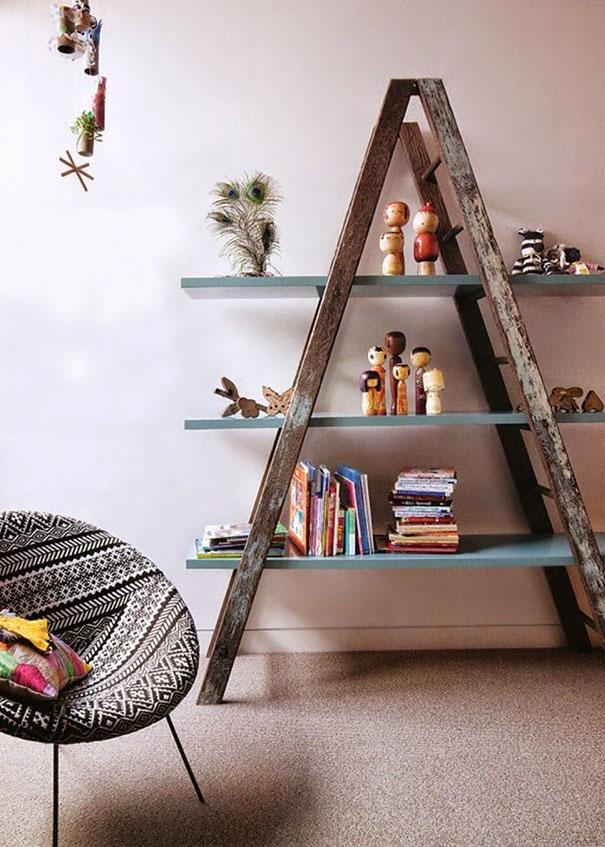 Một ý tưởng không tồi khi biến thang cũ thành giá đựng sách và những món đồ lặt vặt, tạo không gian rất riêng cho căn phòng.