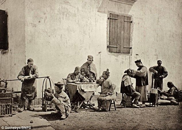 Nhiếp ảnh gia John Thomson ghi lại khoảnh khắc lao động tấp nập trên đường phố ở Trung Quốc. Ảnh chụp năm 1873.