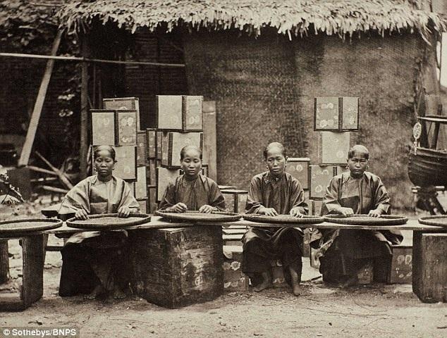 Hình ảnh ghi lại cảnh những người phụ nữ nông thôn Trung Quốc đang chế biến lá chè.