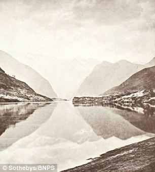 Núi Wu shan đứng sừng sững và hùng vĩ bên cạnh dòng sông Dương Tử đang chảy xiết.