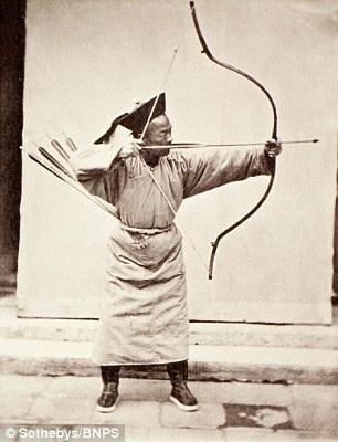Một người lính Mãn Châu đang cầm vũ khí.