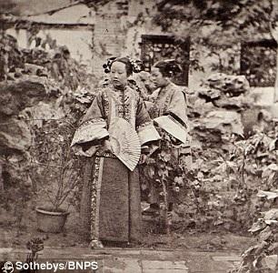 Hai cô gái người Mãn Châu trong một lễ cưới.
