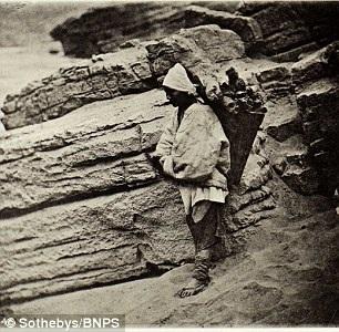 Chân dung của một phụ nữ lao động lam lũ đang đi kiếm củi.