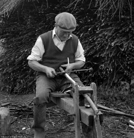 Người thợ đang làm việc hăng say. Ảnh chụp năm 1960.