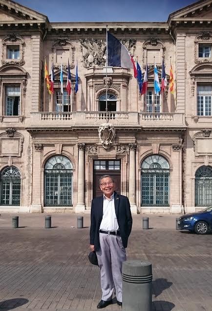 Tác giả trước toà thị chính Marseille