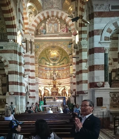 Tác giả ở bên trong nhà thờ Notre Dame