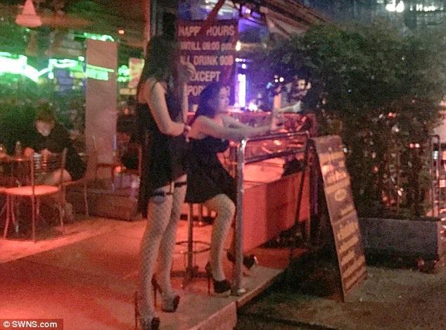 """Gái mại dâm mặc đồ đen trong ngày """"phố đèn đỏ"""" Thái Lan mở cửa trở lại - 3"""