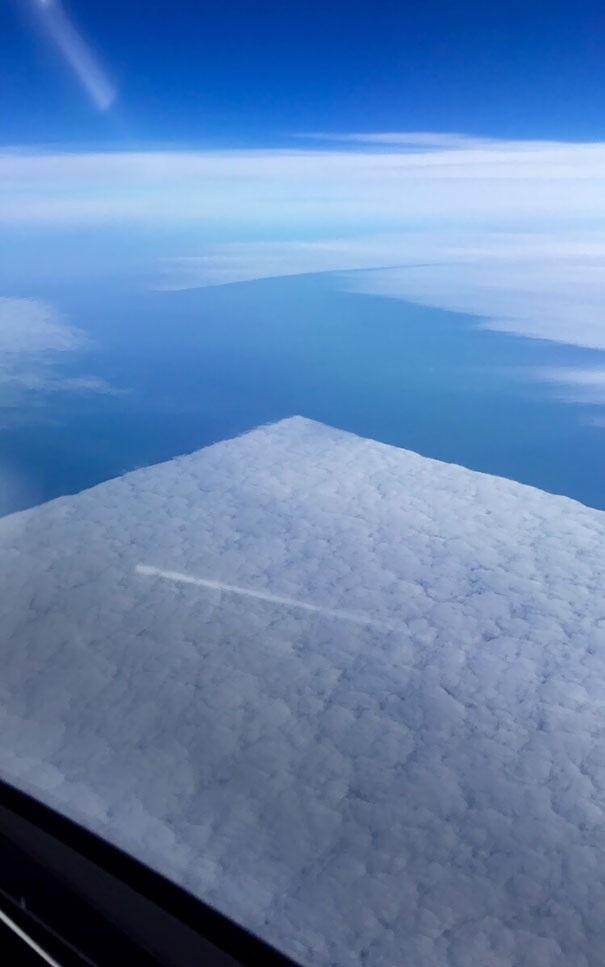 """Đã bao giờ bạn được chứng kiến một """"tảng mây"""" hình vuông hoàn hảo đến thế?"""