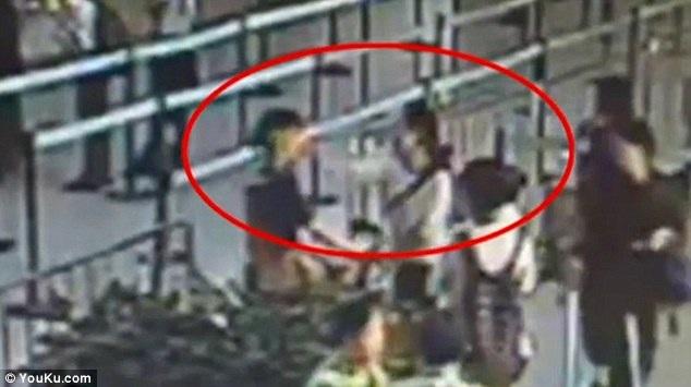 Trương xô xát với nữ nhân viên vì không được phép mang hành lý quá khổ lên máy bay