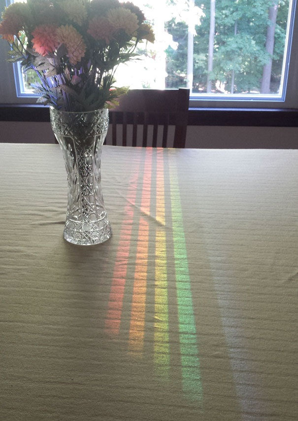 Phản chiếu ánh sáng ngoài cửa sổ lên mặt bàn tạo nên những dải màu kỳ diệu.