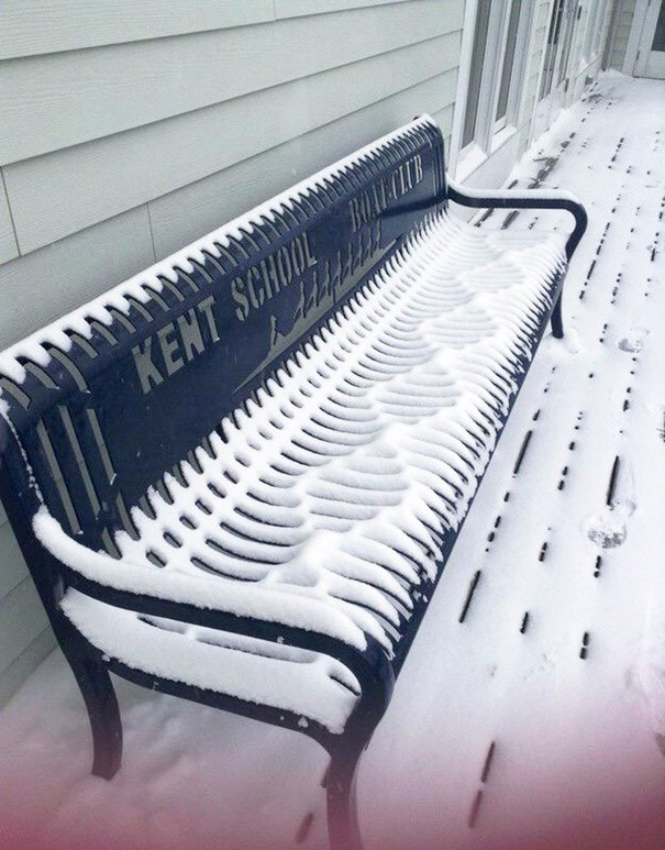 Còn đây là đám tuyết đọng lại trên ghế dài tạo thành hình khối hoàn hảo tới khó tin.