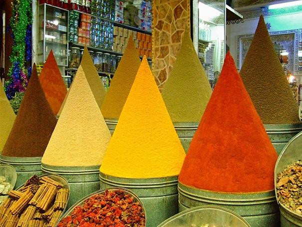 Những xô đựng đầy gia vị cao đầy có ngọn, được sắp đặt hoàn hảo tại khu chợ Marrakesh nổi tiếng ở Ma Rốc.