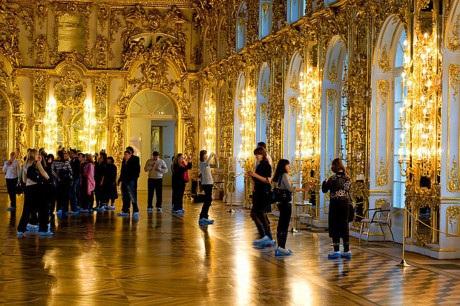 Du khách Trung Quốc cho con đi vệ sinh ngay trên sàn gỗ của cung điện hơn 250 năm tuổi Catherine ở Nga