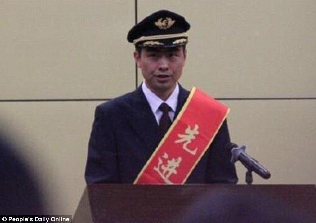 Phi công He Chao trong buổi lễ nhận thưởng và bằng khen