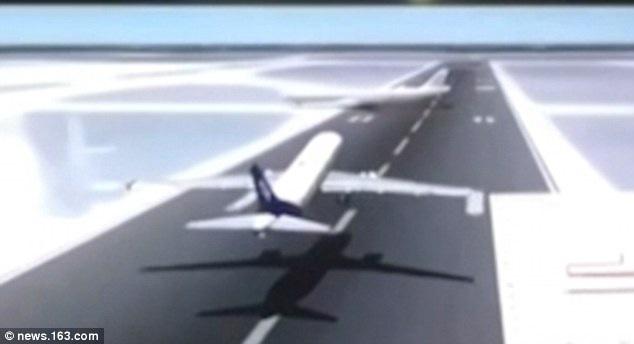 Khoảnh khắc hai máy bay sắp va chạm trên đường băng