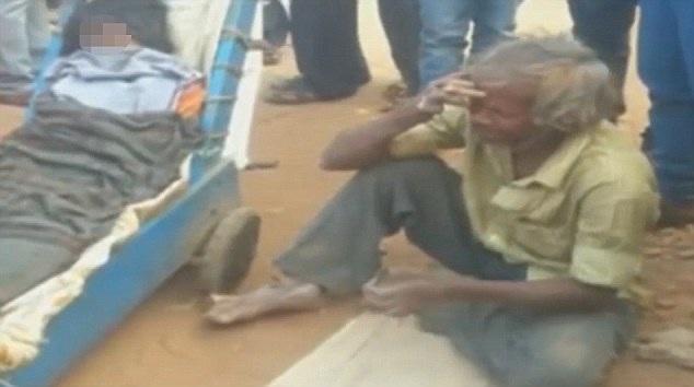 Người đàn ông bật khóc bên đường vì kiệt sức và bất lực