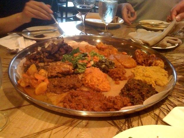 Khi dùng bữa ở Ethiopia, hãy quen với việc mọi người cùng nhau dùng chung một chiếc đĩa chứa đồ ăn lớn.