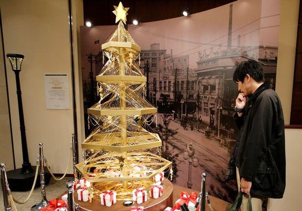 Cây thông Noel làm bằng vàng ròng ở Tokyo, Nhật Bản