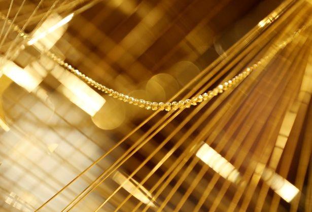 Vàng được kéo thành sợi mảnh và liên kết với nhau tạo hình thành cây thông