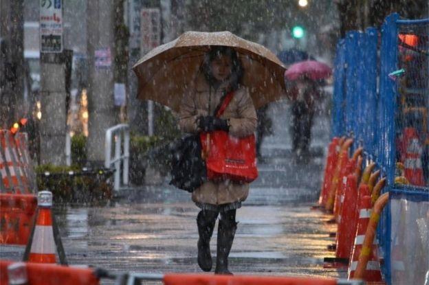 Người dân trở về nhà trong trận tuyết đầu mùa