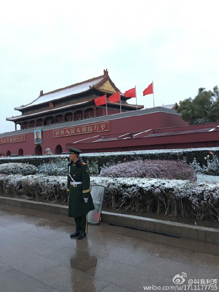 Một người lính đứng gác tại khu vực quảng trường Thiên An Môn