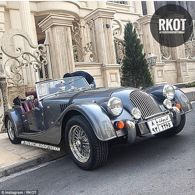 Một chiếc xe ô tô cổ mang biển số Iran đậu bên ngoài biệt thự triệu đô