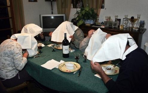 Thực khách trùm kín khăn trên đầu để thưởng thức món chim họa mi nướng kiểu Pháp